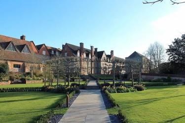 Oxford International, Bradfield College, Рединг